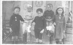 L to R: Les, Evelyn, (my mother) Sid, Walter,Gladys. Probably Lock 1 Blanchetown, c 1921